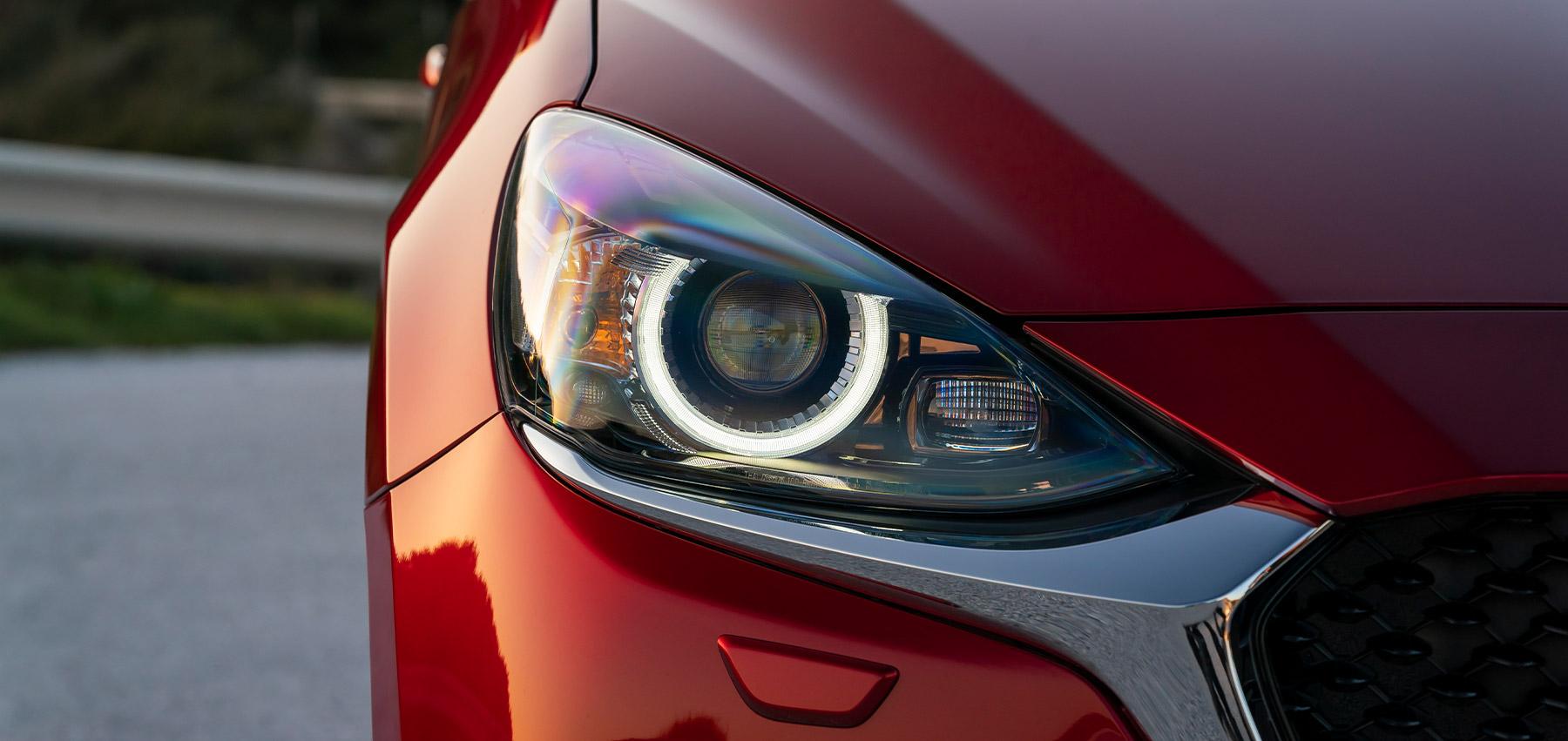 I fari anteriori a matrice di LED di Mazda2 2020 sono stati concepiti garantire sempre la massima visibilità
