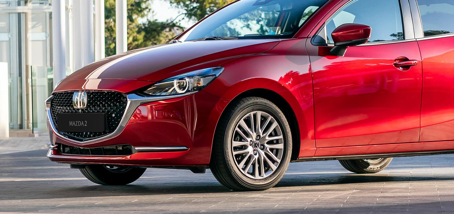 """Il raffinato paraurti anteriore e posteriore e la griglia hanno un look più deciso. Lo stile di Mazda2 è l'espressione del nostro pluripremiato linguaggio di design """"KODO - Soul of Motion – L'anima del movimento""""."""