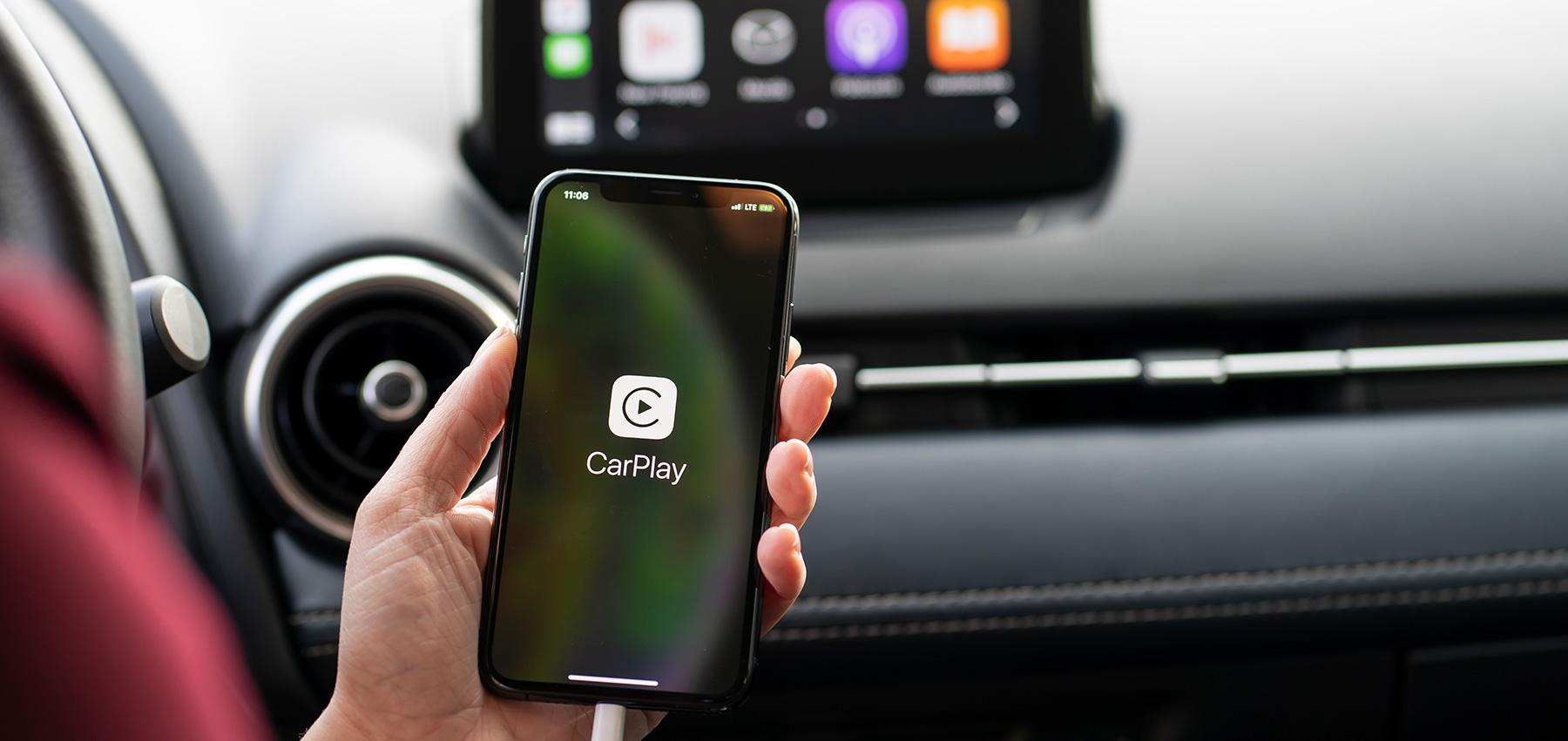 Con Apple CarPlay puoi accedere a funzioni come: raggiungere la destinazione desiderata, effettuare chiamate, inviare o ricevere messaggi, ascoltare musica e tanto altro collegandoti ad un iPhone compatibile. E' possibile gestire le funzioni anche tramite comando vocale Siri.